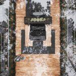 Pohľad na drevenú podlahu zvrchu cez sklenený strop