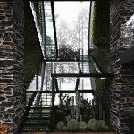Schodisko v modernom dome s kaktusmi