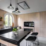 Kuchyňa s drevom a čiernou farbou