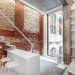 Malý byt so schodiskom a veľkým oknom