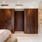 Typický skriňový nábytok v prímorskej spálni