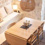Jedálenský stôl z bledého dreva