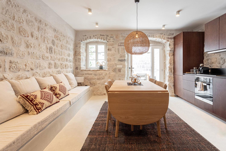 Kuchyňa s obývačkou v prímorskom štýle