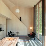 Pohľad z jedálne na schodisko do podkrovia chaty
