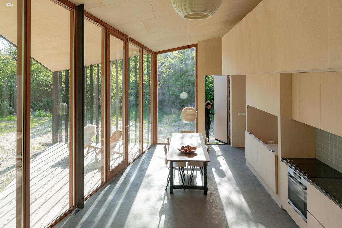 Kuchyňa a jedáleň v presklenej chate