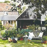 Vidiecky dom so sedením a sliepkami