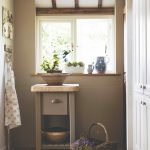 Starožitný stolík pri malom okne
