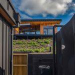 Pohľad na víkendový dom na kopci z garáže