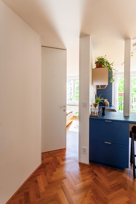 Šikmé dvere do L v chodbe bytu