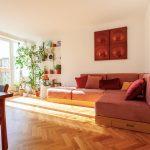 Ružová sedačka v retro obývačke