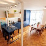 Tmavomodrá kuchyňa s raňajkovým pultom a jedálňou