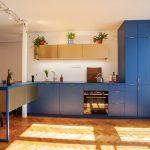 Tmavomodrá kuchyňa s raňajkovým pultom