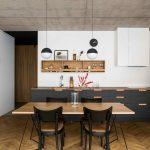 Kuchyňa v čiernej a dreve s parketami
