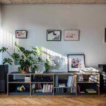 Prízemná obývačková zostava s knihami a platňami