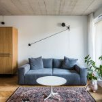 Vzorovaný kašmírový koberec a sivá pohovka