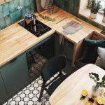 Kuchyňa v zelenej s drevenou doskou