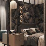 Elegantná spálňa s hnedou vzorovanou tapetou