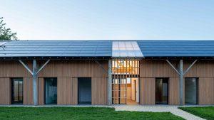 Poľnohospodársky sklad premenený na dva domy? Fotovoltaika, svetlý interiér aj zimná záhrada