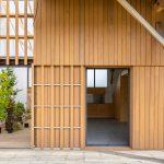 Fasáda domu s gaštanovým obkladom a presklením