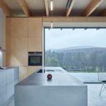 Sivá strohá kuchyňa v drevenom interiéri