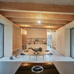 Jedáleň v dizajnovom drevenom interiéri