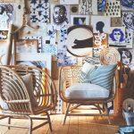 Dizajnové sedenie so stenou polepenou dielami