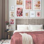 Posteľ s ružovým prehozom a stena v tóne s obrazmi