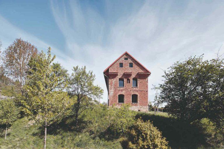 Nový dom v starých múroch búra predstavy o tom, čo možno urobiť s rozpadávajúcimi stavbami