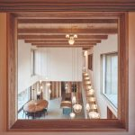 Pohľad na jedáleň zo spálne na poschodí