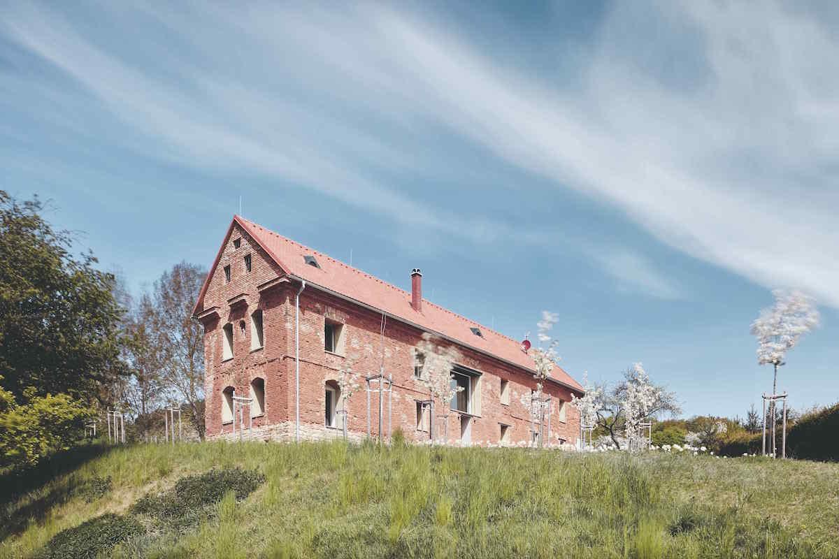 Dom na prvý pohľad ruina vo vnútri rekonštruovaný
