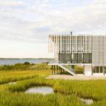 Perforovaná cédrová fasáda na dome na brehu mora