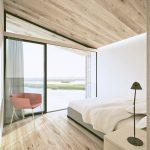 Bledá spálňa s výhľadom na more
