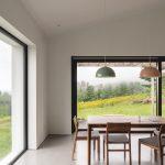 Presvetlená obytná miestnosť v rodinnom dome