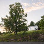 Biely rodinný dom na kopci s lúkou