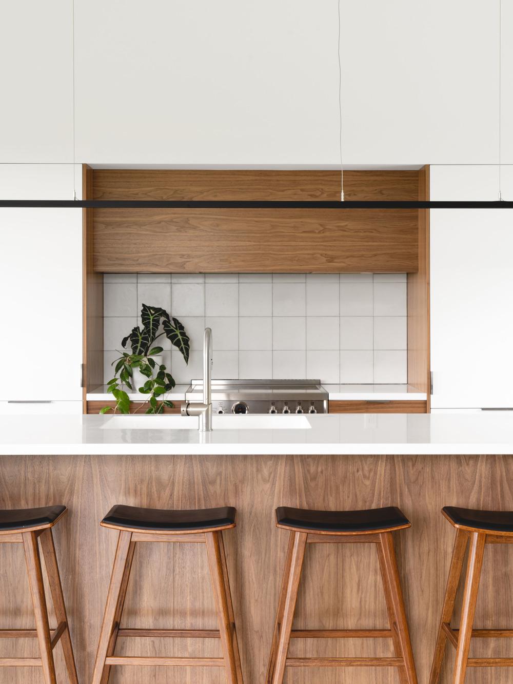 Lakovaná biela kuchyňa s drevom