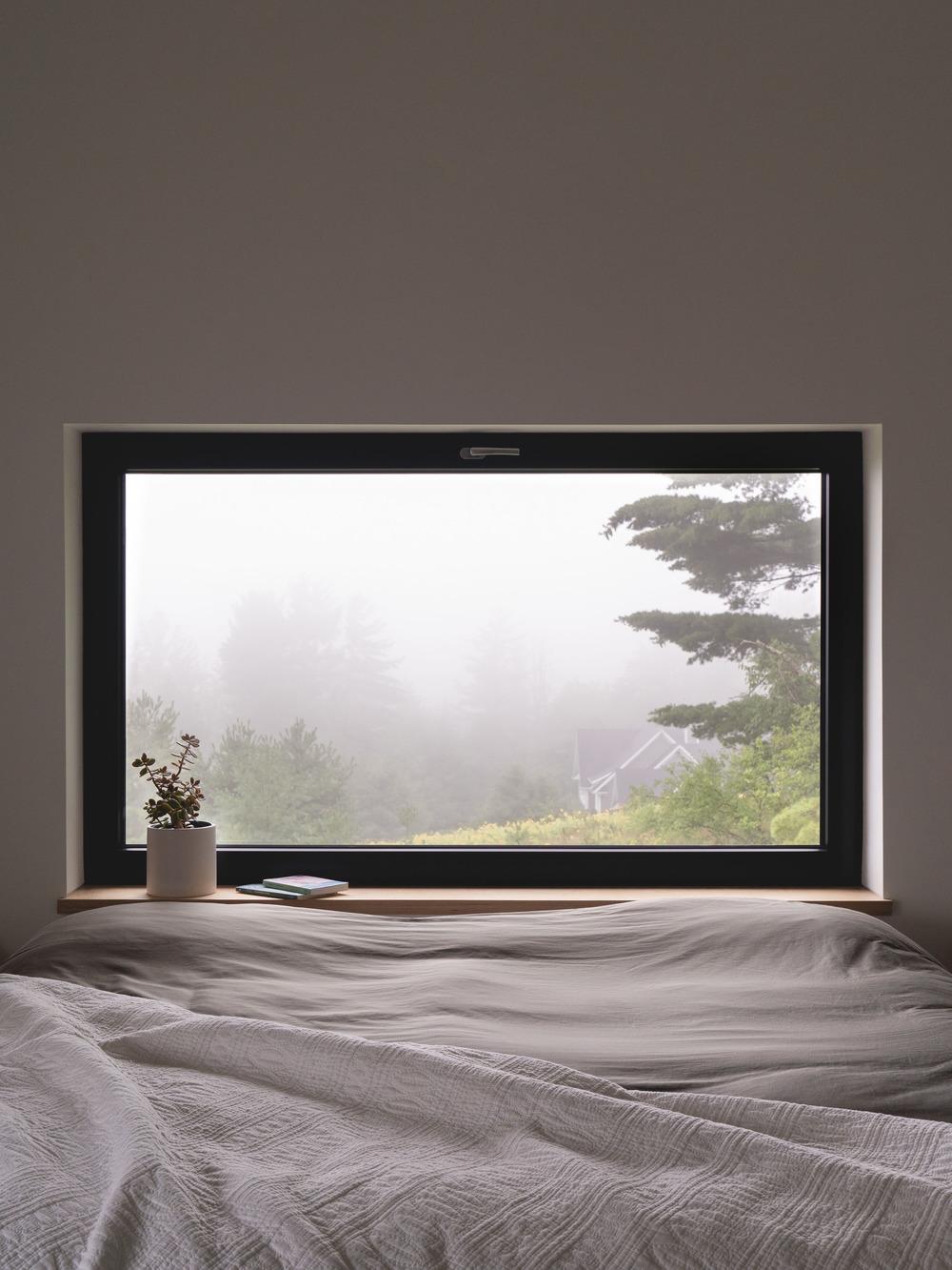 Úzke horizontálne okno v izbe