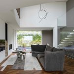 Moderná obývačka s veľkou sivou sedačkou