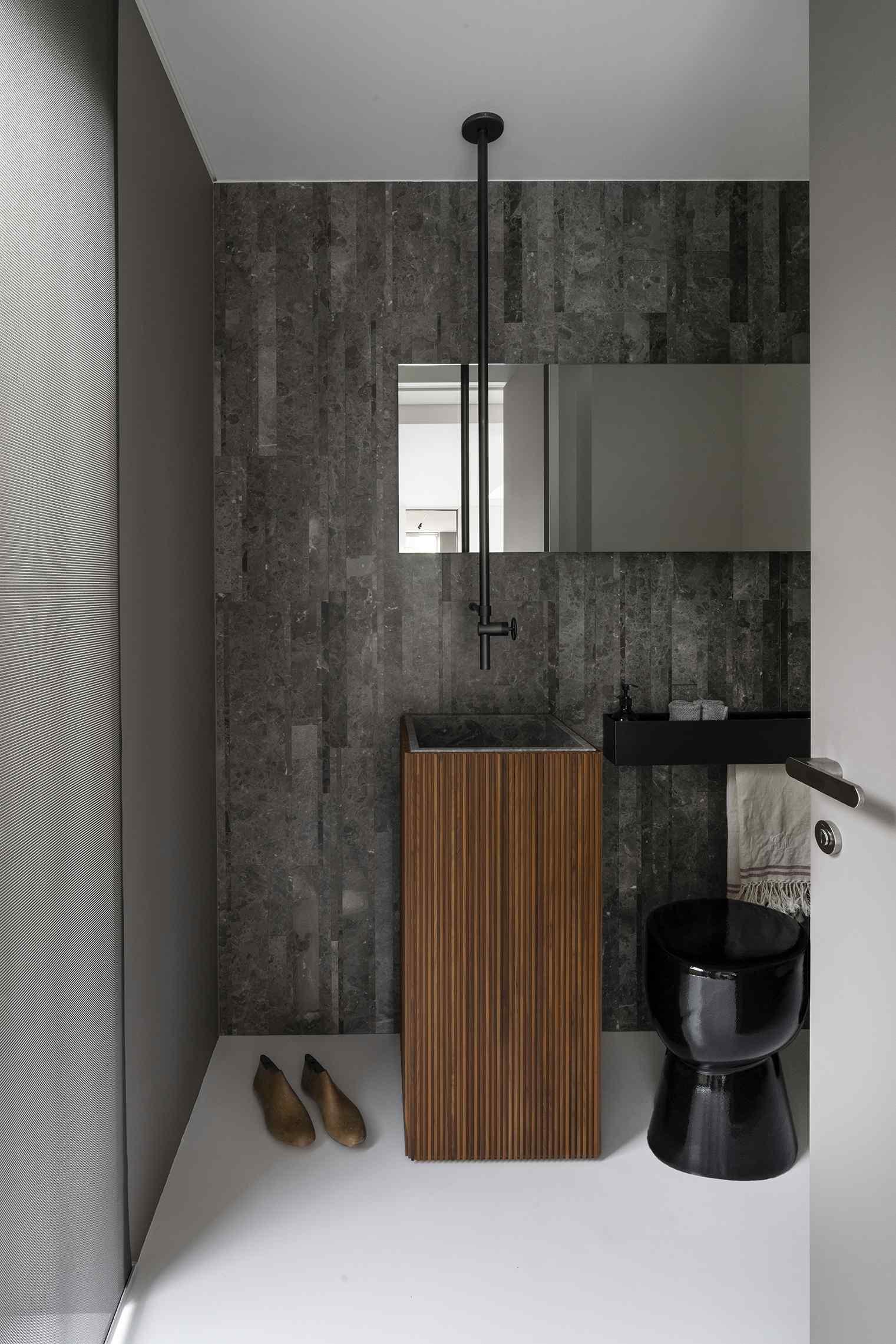 Sivá kúpeľňa s hranatým dreveným umývadlom