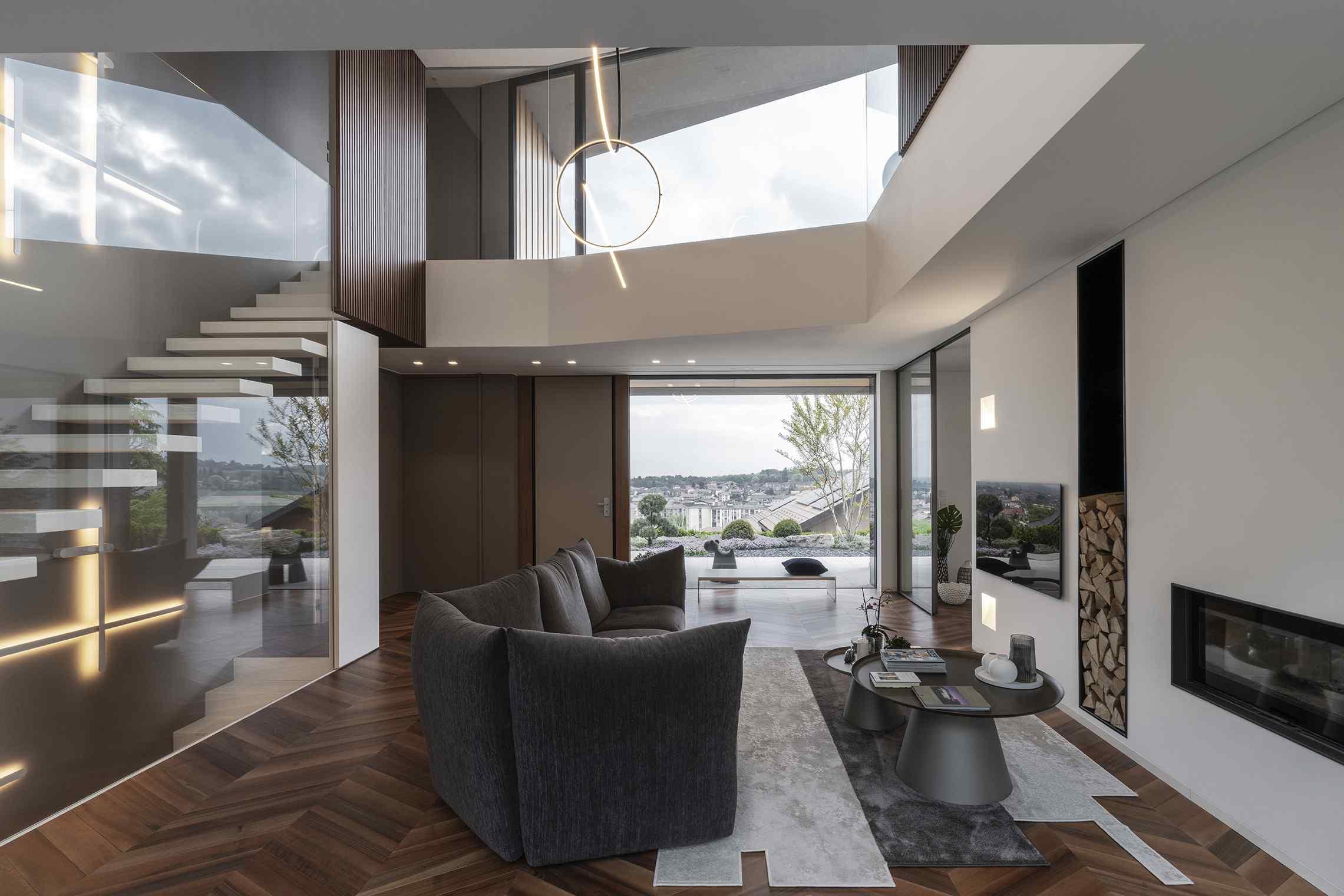 Obývačka s presklenými stenami a krbom