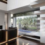 Moderná obývačka s presklenými stenami
