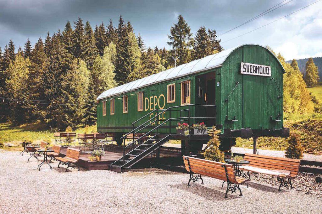 Starý železničný vagón si pri Telgárte prerobili na štýlovú kaviareň