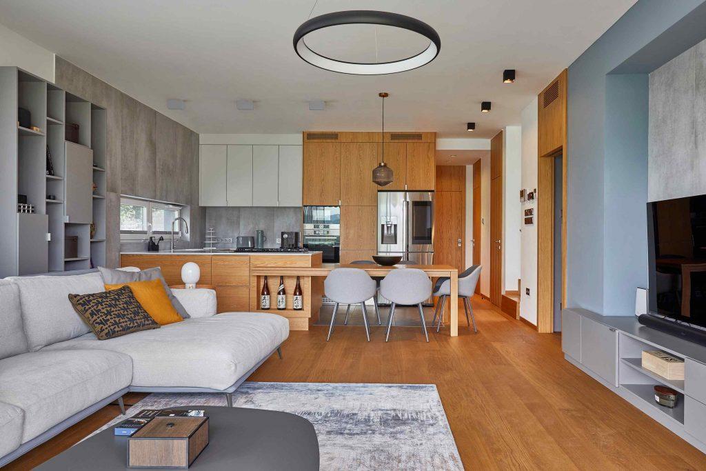 Elegantný svetlý dom má moderný interiér s umeleckými prvkami a inteligentnými systémami