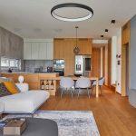 Obývačka v sivej s drevom