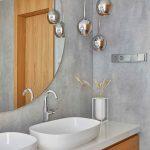 Strieborné makovice sú v kúte kúpeľne pri zrkadle