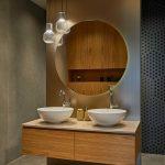 Dve oválne umývadlá na skrinke s veľkým zrkadlom