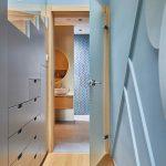 Modré úložné priestory v chodbe