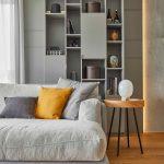 Dizajnová asymetrická skrinka so sivým gaučom