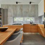 Veľká kuchyňa s drevom a sivou