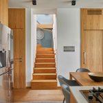 Pohľad z kuchyne na schodisko