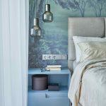 Modrá spálňa s dizajnovým svietidlom